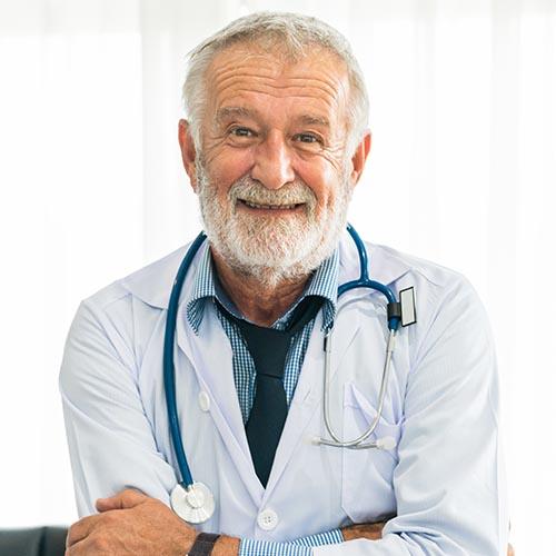Idős doktor aki elégedett az orvosi szoftverrel